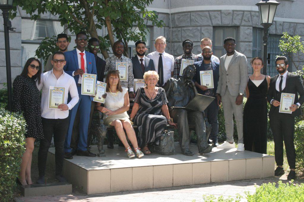 Иностранные студенты ХНУРЭ получили дипломы магистров и бакалавров.