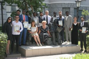 Іноземні студенти ХНУРЕ отримали дипломи магістрів та бакалаврів.