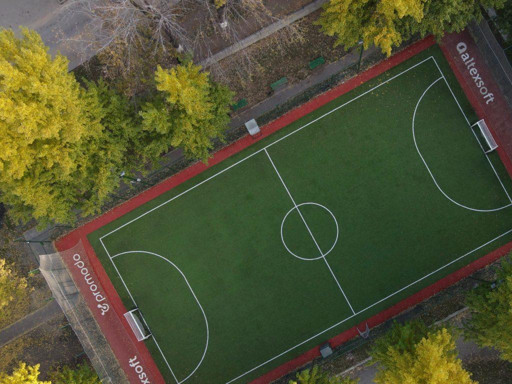 Выпускники ХНУРЭ полностью реконструировали футбольное поле университета